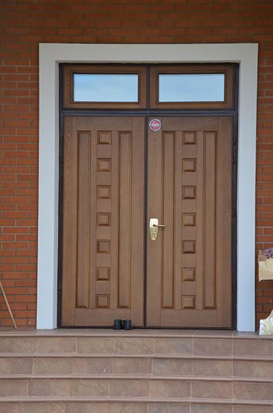 установка входной металлической двери в загородном доме